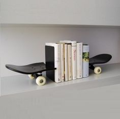Skateboard Bookends made with tail and nose of the skate, black lacquered skate. This set will make a great statement in any sport themed bedroom. An original skateboard bookends is a original gift for skateboarders. Skateboard Bedroom, Skateboard Decor, Skateboard Shelves, Skateboard Furniture, Boy Room, Kids Room, Regal Design, Deck Decorating, Book Organization