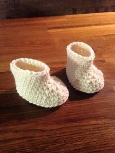 Tässäpä olisi helppo ohje vastasyntyneen vauvan tossuihin. Tossuissa on 13 kerrosta ja ne on virkattu pelkillä kiinteilläsilmukoilla, l... American Girl, Baby Dolls, Baby Shoes, Knitting, Kids, Bonnets, Yoko, Baby Things, Fingerless Gloves