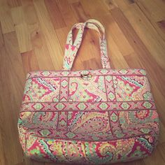 Vera Bradley large tote Vera Bradley large tote! Perfect for work or a day at the beach! Gentle used! Can be washed if needed! Vera Bradley Bags Totes