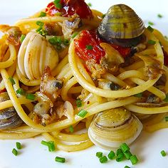 Spaghetti alle vongole Spaghetti Vongole, Italian Recipes, Food And Drink, Favorite Recipes, Ethnic Recipes, Pastel, Sweet Potato Pound Cake, Cherry Tomatoes, Dry White Wine