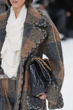 Chanel Fall 2019 Ready-to-Wear Fashion Show - Vogue Fashion Show, Fashion Outfits, Womens Fashion, Fashion Weeks, Chanel Style Jacket, Fall Collection, High Fashion Photography, Vogue Paris, Chanel Fashion