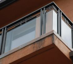 To create a beautiful glass balcony, one has to use clear materials like balustrades made of glass. Balcony Glass Design, Glass Balcony Railing, Outdoor Stair Railing, Balcony Grill Design, Modern Stair Railing, Balcony Railing Design, Deck Stairs, Modern Stairs, Steel Railing Design