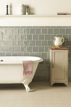 Mijn favoriete badkamer. Prachtig met die grijze tegels en het bad op pootjes!