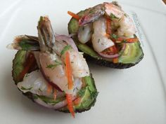Abacates recheados com ceviche de camarão, uma sugestão de entrada caprichada! Clique na imagem para conferir a receita!