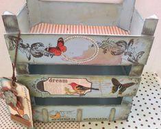 "Estanteria cajas de fresas ""reciclando"""