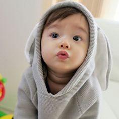 Gambar mungkin berisi: 1 orang, bayi dan dekat Cute Baby Boy, Cute Little Baby, Little Babies, Cute Kids, Baby Kids, Cute Asian Babies, Korean Babies, Asian Kids, Cute Babies