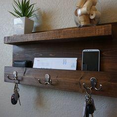 Organizador de correo rústico moderno con estante   Etsy Entryway Shelf, Rustic Entryway, Apartment Entryway, Rustic Apartment, Wood Stain Colors, Dark Wood Stain, Modern Rustic, Rustic Wood, Wood Shelves