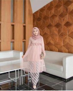 Nama Produk : ( TG- B ) Gianara Tunik Pink Bahan : Mosscrepe mix Tille Detail . Kebaya Muslim, Kebaya Modern Hijab, Kebaya Hijab, Kebaya Dress, Batik Kebaya, Hijab Dress Party, Hijab Style Dress, Hijab Look, Muslim Fashion