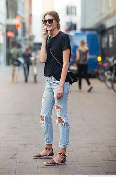 jeans rasgado com camiseta prata e espadrille baixa com tachinhas.... destroyed denim with basic tee and studs espadrille