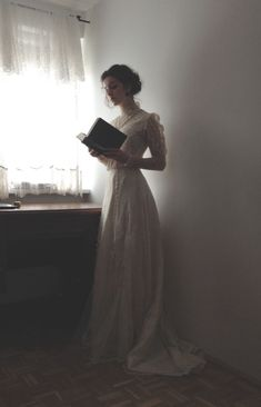 Tessa Gray 'whenever she felt sad, she'd pull out his book and trace his handwriting' Story Inspiration, Character Inspiration, Photo Web, Tessa Gray, Princess Aesthetic, Belle Photo, Marie, Vintage Fashion, Modern Victorian Fashion