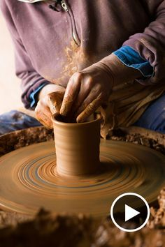 In this short film French potter Jean-Nicolas Gérard shows us how he throws his glorious beakers with his typical loose touch. Watch it here. via…