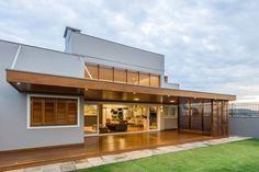 Casa em Taquara/RS: Terraços translation missing: br.style.terraços.moderno por Plena Madeiras Nobres