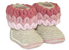 Tutorial: Baby booties with waves (crochet baby booties wiggle free tutorial) Newborn Crochet, Crochet Baby Booties, Baby Blanket Crochet, Crochet For Kids, Free Crochet, Knit Crochet, Handmade Baby Items, Kids Beanies, Felt Birds