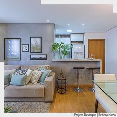 Integração é a ordem nessa cozinha americana. O piso em madeira valorizou o mobiliário em tons de cinza. Lindo projeto por Rebeca Nassu. Arquiteturade #arquiteturadecoracao #adsala #sala #living #olioliteam