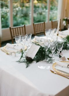 Número de mesa en suculenta, candelabros dorados, centro de peonias y guirnalda verde. Boda organizada por Detallerie. Succulent table number, gold candlesticks, peony centerpiece and green garland. Wedding by Detallerie.