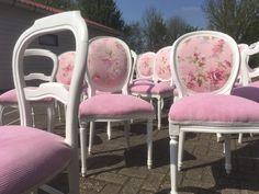 Stoelen gestoffeerd voor Ma Bella Cakery in Amstelveen. Medewerkers van Oud is Nieuw stofferen stoelen geheel geïnpsireerd op de wensen van hun klanten.