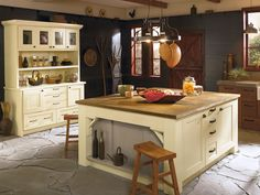 The Tuscan, Palomino and Portabello finishes in Oak and Maple with Berkeley Eglin doors by Kitchen Craft brings a modern country ambiance to your kitchen.