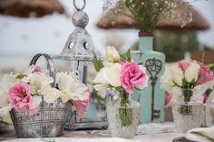 Centro de mesa vintage y shabby chic con rosas blancas, lisianthus rosado, gladiola blanca y lisanthus blanco / Center table and vintage shabby chic with white roses , pink lisianthus , white gladiola and white lisanthus #Wedding #Boda #Playa #Beach