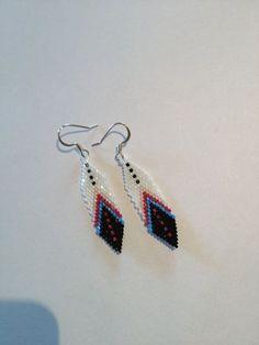 Beaded feather earrings by Wiswasca on Etsy Cross Earrings, Seed Bead Earrings, Feather Earrings, Diy Earrings, Earrings Handmade, Star Earrings, Hoop Earrings, Stud Earrings, Patterns