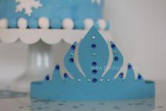 Material: Tonpapier in blau Schere Klebe Glitzersteine zum Aufkleben Anleitung: Gemäß der Vorlage die drei Teile für die Eisprinzessinnen-Krone ausschneiden. Das Vorderteil mit den Steinen verzieren. Die ausgeschnittenen Tonpapier-Bänder rechts und links an das Kronen-Vorderteil kleben und hinten die beiden … weiterlesen