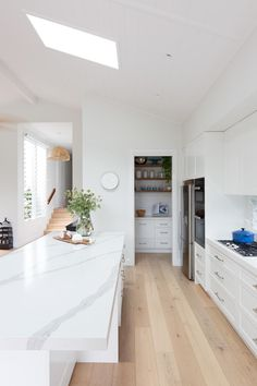 On this super chilly Sydney morning I could see myself putting on the slow cooker and cooking up a storm in this super… Kitchen Layout, New Kitchen, Kitchen Decor, Küchen Design, House Design, Minimalist Home, Interior Design Kitchen, Home Kitchens, Kitchen Remodel