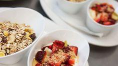 Feinschmecker Frühstück von Cafe Da Vinci in Ebbs. Ein reichhaltiges Frühstück, für jeden Geschmack. Müsli mit Naturjoghurt und Früchten der Saison so wie Honig.