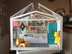 Clever Re-ment kitchen set-up in an Ikea Socker greenhouse. Vitrine Miniature, Miniature Rooms, Miniature Kitchen, Miniature Houses, Modern Dollhouse, Diy Dollhouse, Dollhouse Miniatures, Ikea Socker, Kitchen Set Up
