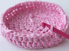 How to Make a Crochet Basket – Tuts+ Crafts & DIY Tutorial Häkelkorb basteln – Tuts + Crafts & DIY Tutorial Learn To Crochet, Easy Crochet, Crochet Hooks, Crochet Baskets, Fabric Yarn, Fabric Crafts, Diy Crafts, Grannies Crochet, Crochet Stitches