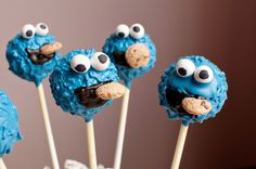 Cookie Monster Cake Pops I think he is eating cookie crisp cereal Festa Cookie Monster, Monster Cakepops, Monster Food, Oreos, Cake Pops, Cake Pop Designs, Cake Pop Maker, Cookie Crisp, Cute Cakes