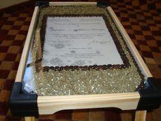 Bandeja de café decorada artesanalmente com grãos de café e convite de casamento