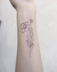 These tattoos with birth flowers can make you forget your zodiac sign. Tattoos - flower tattoos - These tattoos with birth flowers can make you forget your zodiac tattoos - Narcissus Flower Tattoos, Violet Flower Tattoos, Violet Tattoo, Daffodil Tattoo, Birth Flower Tattoos, Floral Tattoos, Geometric Tattoos, Simple Flower Tattoo, Small Flower Tattoos