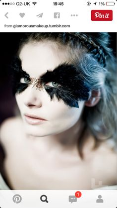 60 Original Masquerade Wedding Ideas feather eyes could be a cool touch for halloween spooky makeup Black swan Raven Costume, Bird Costume, Dark Fairy Costume, Black Swan Costume, Peacock Costume, Halloween Eyes, Halloween Eye Makeup, Peacock Halloween, Masquerade Halloween Costumes