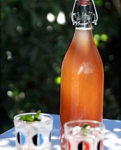 En enkel och god äppelsaft som du kokar med citron och kanel. Riktigt gott till fikastunden under hösten när äpplena mognat. Se det goda receptet här! Banana Cream, Cream Pie, Apple Recipes, Hot Sauce Bottles, Amazing Cakes, Lemonade, Jelly, Smoothies, Juice