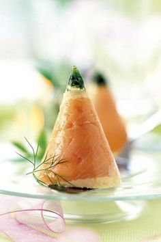 Aperitivos de Navidad: Conos de mousse de salmón Mini Appetizers, Appetizer Recipes, Food N, Food And Drink, Food Decoration, Mini Foods, Finger Foods, Catering, Watermelon