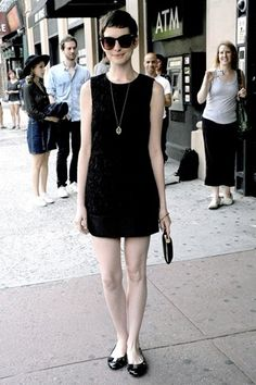 Super cute chic black dress, with flats, and a simple necklace. Need to try this look. Short Hair Outfits, Cool Outfits, Anne Hathaway Style, Oscar Fashion, Everyday Outfits, Fashion Forward, What To Wear, My Style, Casual