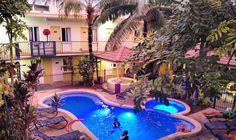 Para fechar o dia a dica é a piscina do YHA de Cairns. Afinal mesmo a noite a temperatura aqui ainda passa dos 30 graus!  Estamos curtindo demais a rede de hostel YHA. De maneira geral os hostels são bem localizados oferecem uma excelente área de lazer possuam atividades exclusivas para os hóspedes e opções de quartos coletivos ou privativos.  PS: achei o máximo o telão de cinema na piscina!  Agradecemos o @yhaaustralia pela parceria e pelas noites maravilhosas em toda a Austrália!  #yhaoz…