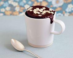 mug-cake au chocolat: - 40 g de chocolat noir - 40 g de beurre - 30 g de sucre - 20 g de farine - 1 œuf Dans un mug, mettre les carrés de chocolat avec le beurre découpé en parcelles. Faire fondre 40 secondes au micro-ondes.  Mélanger à l'aide d'une cuillère et y ajouter le sucre puis l'œuf.  L'aspect un peu gélatineux qui peut y avoir est normal suite au blanc de l'œuf. Incorporer ensuite la farine, tout en mélangeant bien. Cuire de nouveau 40 secondes au micro-ondes
