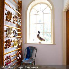 Eine individuelle Flurgestaltung: Mit einem Stuhl aus Metall im Vintage-Look und einer Sprossenwand als Schuhregal überzeugt die Einrichtung durch ihren  …