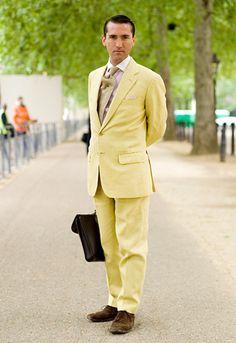 Los colores imposibles para el traje informal; Rojo, amarillo, morado y otros
