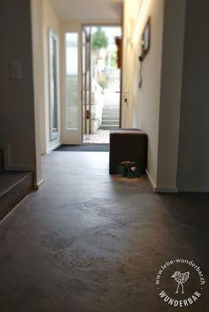 Blog: Haussanierung Zürich mit 250qm mineralischem Bodenbelag - Flur / Eingang #sanierung #bodenbeschichtung #lebewunderbar Hardwood Floors, Flooring, Windows, Blog, Home Decor, Palette Knife, House Entrance, Floor Covering, Refurbishment
