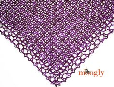 A free crochet pattern of the fortunes shawlwette. Do you also want to crochet this shawl? Read more about the Free Crochet Pattern Fortunes Shawlette One Skein Crochet, Crochet Scarves, Crochet Clothes, Crochet Stitches, Free Crochet, Crochet Geek, Crocheted Scarf, Crochet Abbreviations, Shawl Patterns