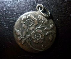 Jugendstil-Anhaenger-Blumen-getrieben-Metall-800er-Silber-1890-1910