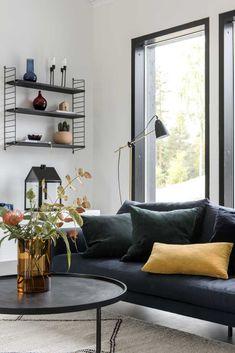 String Pocket -hylly: 9 kuvaa oikeista kodeista   Meillä kotona Sofa, Couch, Art Deco, Furniture, Decoration, Tips, Home Decor, Decor, Settee