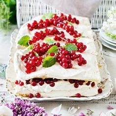 Gluteeniton britakakku | K-Ruoka #gluteeniton I Want To Eat, Piece Of Cakes, Cakes And More, Food Inspiration, Baking Recipes, Blueberry, Berries, Cheesecake, Goodies