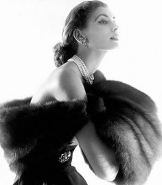 Suzy Parker, 1954 - Horst P. Horst for the August 1954 issue of Vogue Vogue Vintage, Chanel Vintage, Vintage Glamour, Vintage Couture, Vintage Pearls, Vintage Jewelry, Foto Fashion, 1950s Fashion, Fashion History