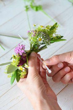 Wildblumen-Hochzeit – Teil 3: Blumenarmband für Brautjungfern selbst binden | Blumigo Herbs, Bridesmaid, Wedding, Wildflowers Wedding, Flower Bracelet, Flower Jewelry, Bridesmaids, Hairstyle, Maid Of Honour