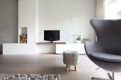 Woonkamer interieur grijs wit modern, met haard   styling en advies door Adrianne van Dijken