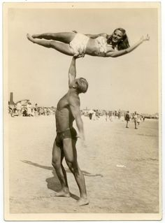 Muscle beach – Interesting vintage photos show American burly guys from between Partner Yoga, Photo Vintage, Vintage Men, Vintage Photographs, Vintage Photos, Beach Pictures, Cool Pictures, Vintage Magazine, Photos Originales