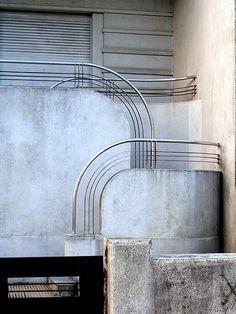 Detalles ornamentales Art Decó en una casa. Barrios enteros de Montevideo tenían ese mismo estilo. Art Decó ornamented entrance staircase. Whole neighborghoods of Montevideo had the same style.