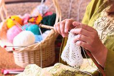 La naturaleza rítmica y repetitiva de tejer es calmante, reconfortante y contemplativa. No es difícil imaginar que tejer es como una práctica de atención plena, o tal vez una forma de meditación. Investigaciones en la neurociencia, muestran que tejer y otras formas de artesanía textil como la costura, el tejido y crochet, tienen mucho en …